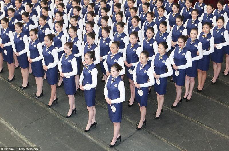 Девушки также должны были примерить форму стюардесс.