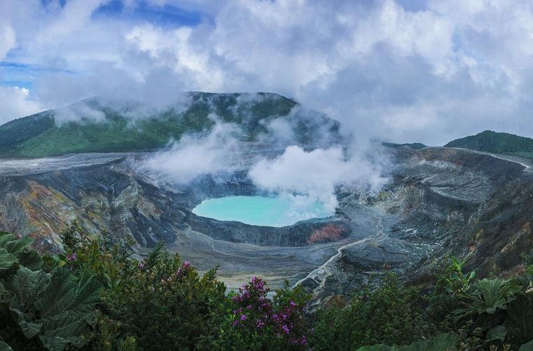 Купаться в кратерах вулканов Коста-Рика — это еще и страна вулканов (на сегодня их насчитывает