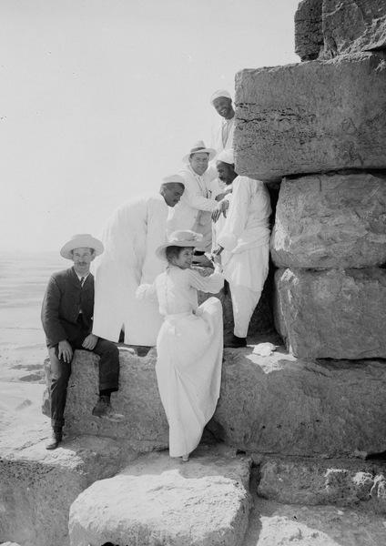 Около 1900 года. Костюмы и длинные платья туристам не помеха.