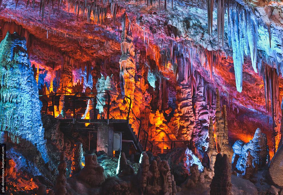 10. Сталактиты и сталагмиты в пещере освещены специальными светодиодными подсветками, которые н