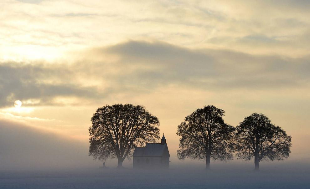 10. Эйфелева башня в тумане выглядит особо эпично, 24 января 2017. (Фото Franck Fife):