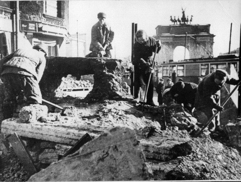 Разборка баррикады на площади Стачек. 1944 г.