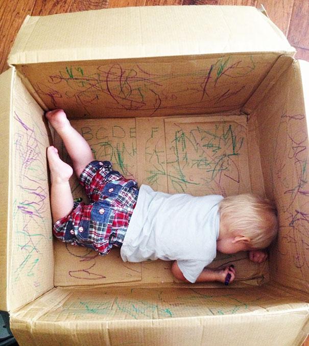 Если посадить ребенка в картонную коробку, вручив ему набор цветных карандашей, можно не беспокоиться о том, что его желание проявить креативность принесет много хлопот.