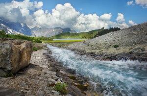 Бурлит в горах ручей