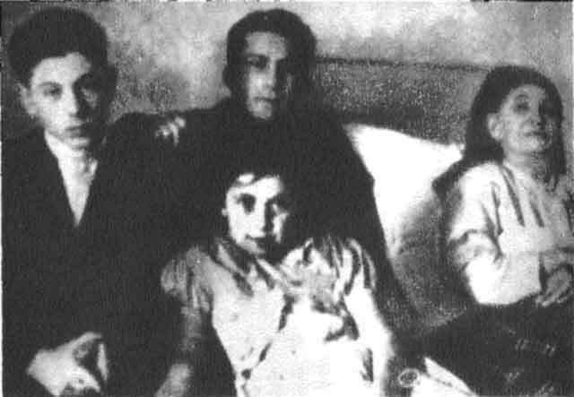 Василий, Яков и Светлана у постели бабушки, матери И. В. Сталина