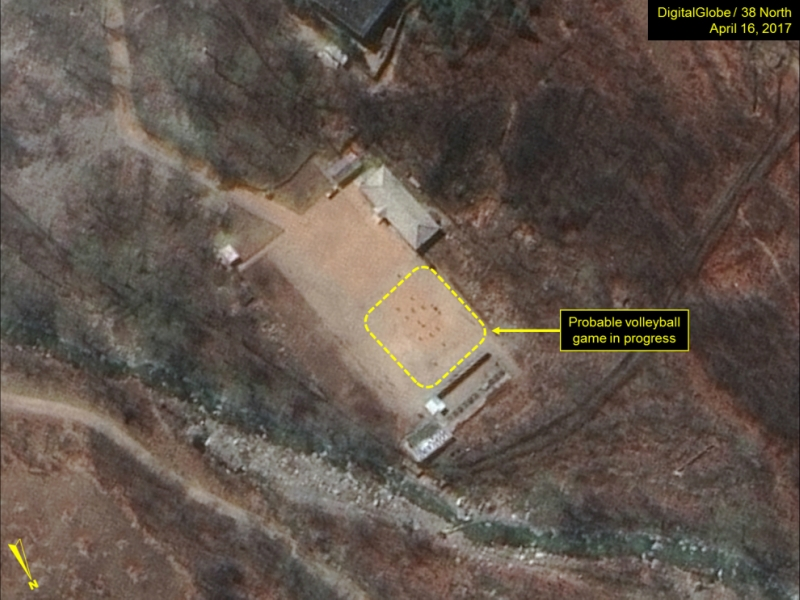 Спутник засек северокорейцев, играющих вволейбол наядерном полигоне
