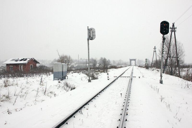 Предвходной светофор №2 перегона Новодугинская - Сычёвка перед мостом через реку Вазуза. Слева древний домик из кирпича