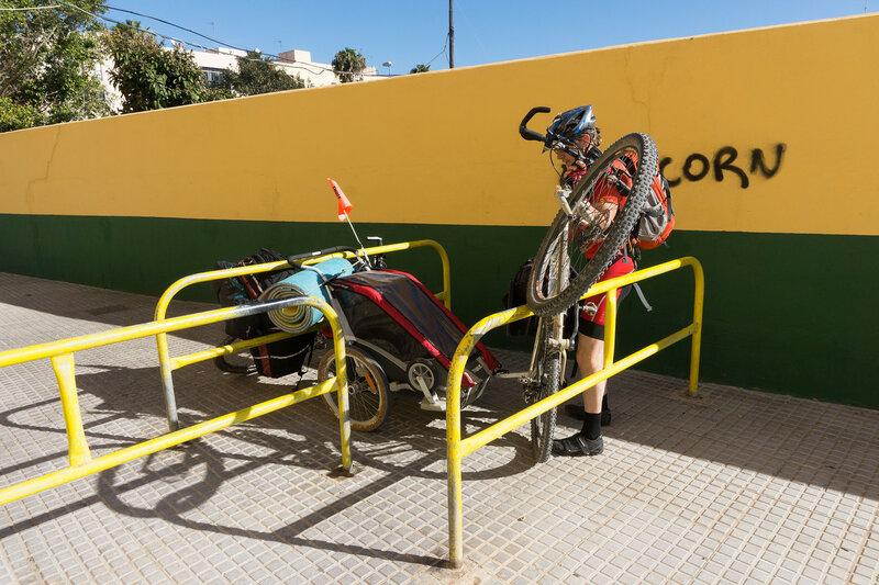 перетаскивание велосипеда через ограду от машин на набережной кадиса