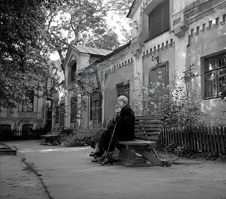 41006 Большой Ивановский переулок. Московские старушки во дворике 57 В.Степанов.jpg