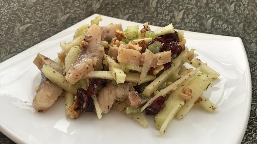 Селедочный салат с яблоком и сельдереем