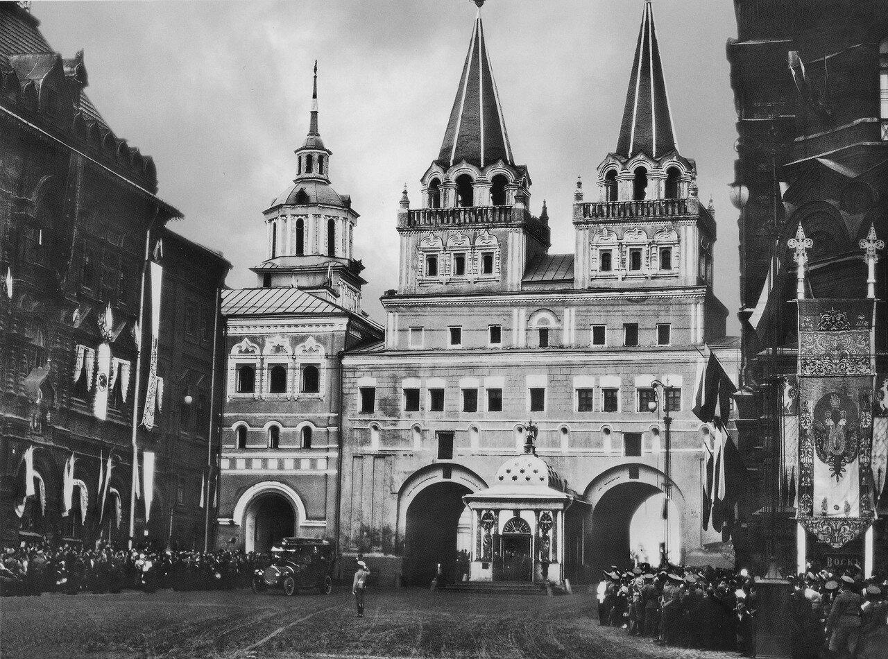 Вид части Манежной площади. Иверская часовня. 29 августа 1912 года