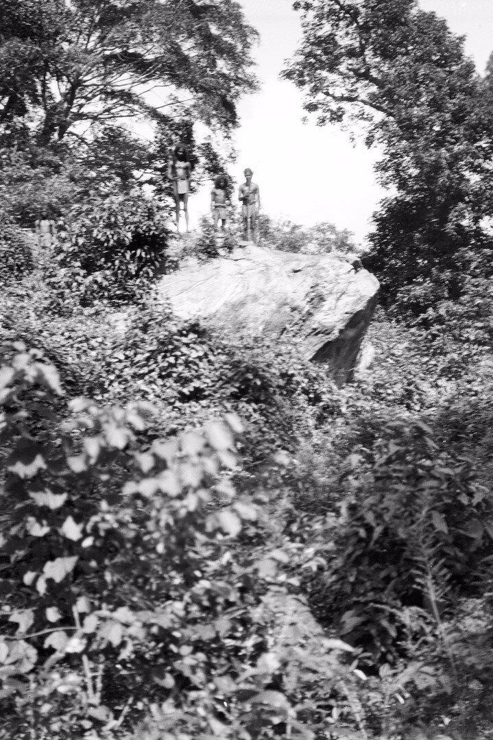 120. Хенебедде. Камень возле дома веддов