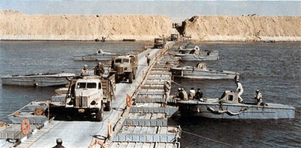 Египетские транспортные средства пересекают Суэцкий канал 7 октября 1973