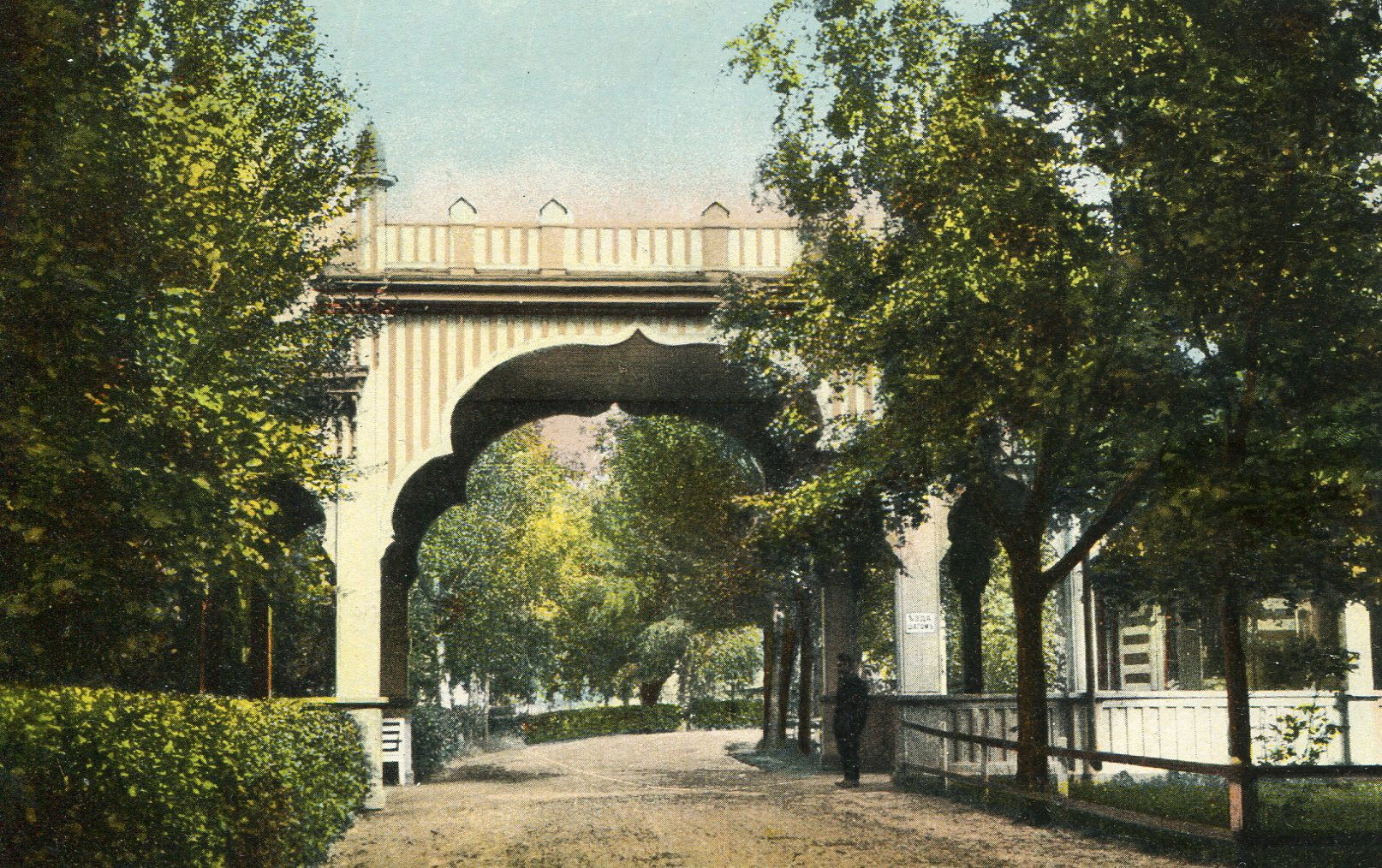 Вход в парк на главной аллее