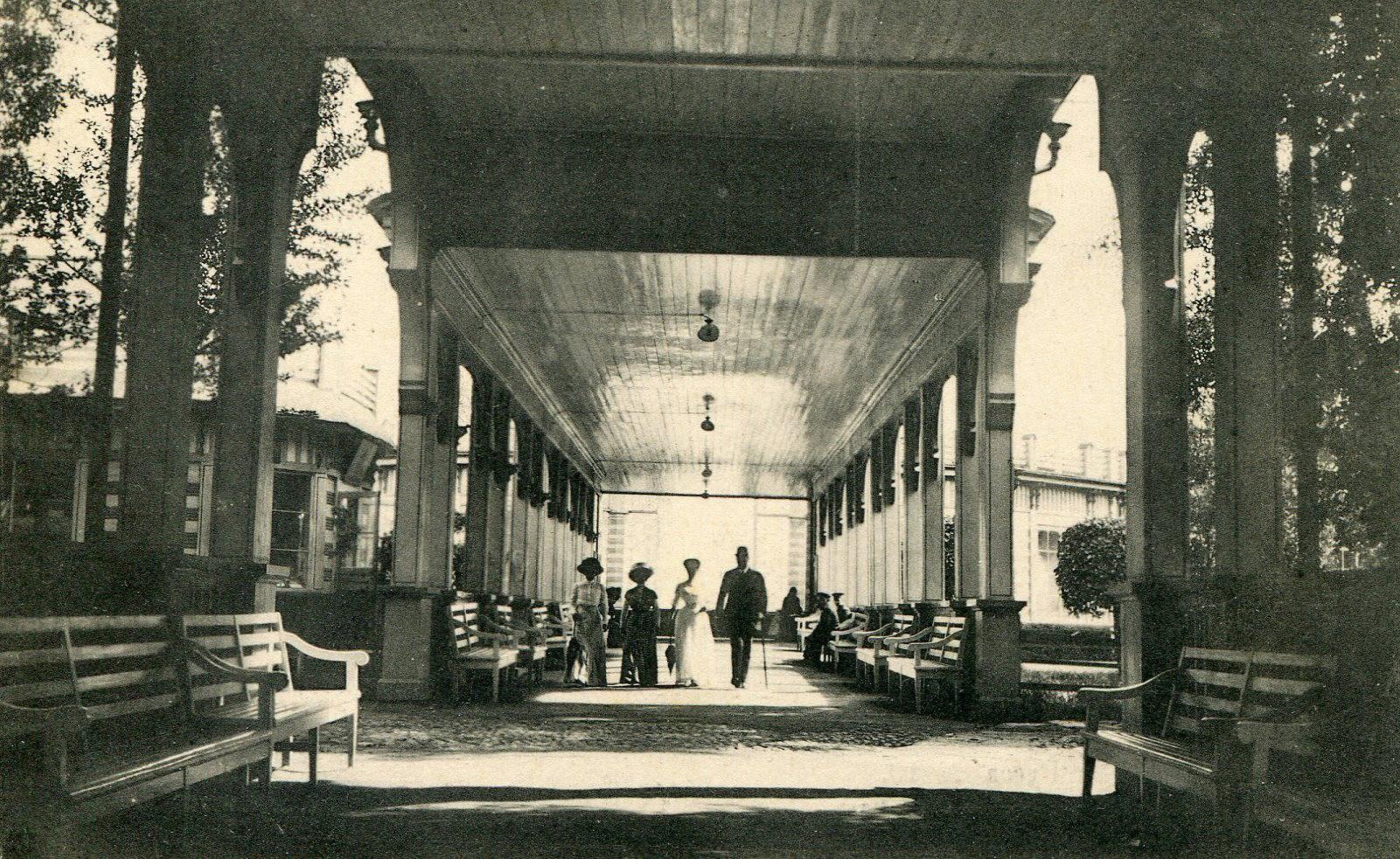 Галерея на главной аллее