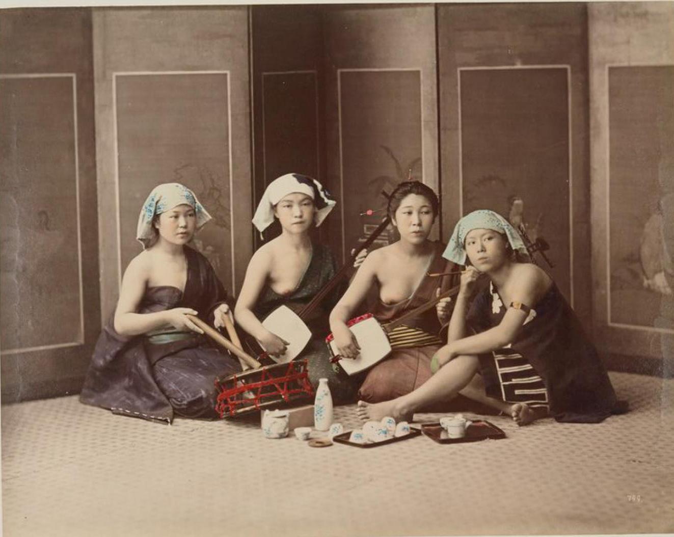 Четыре исполнительницы пьют сакэ