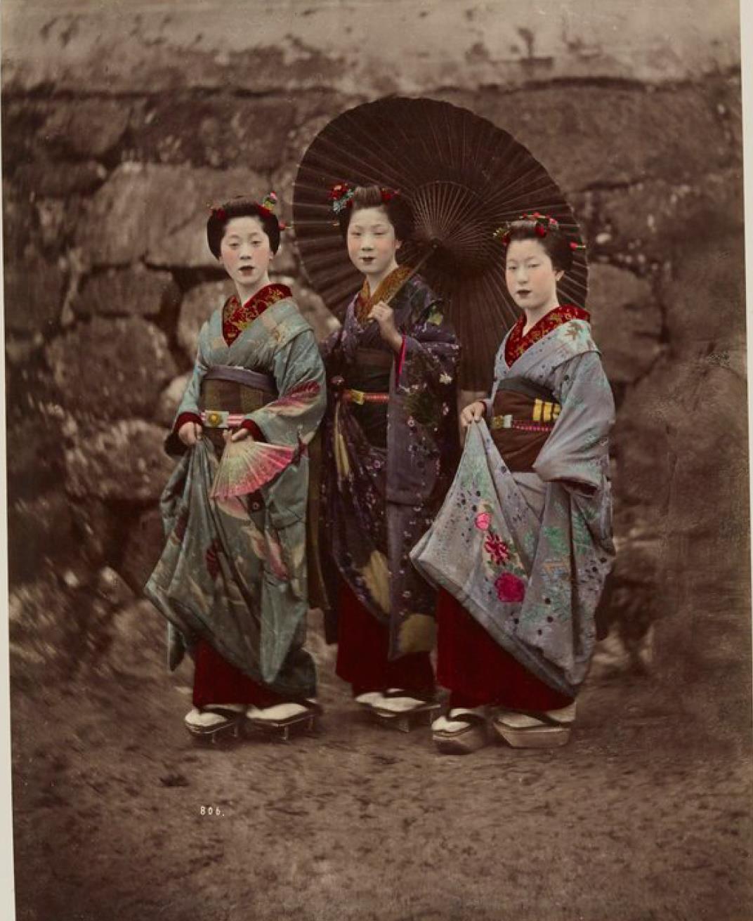 Три женщины с зачерненными зубами