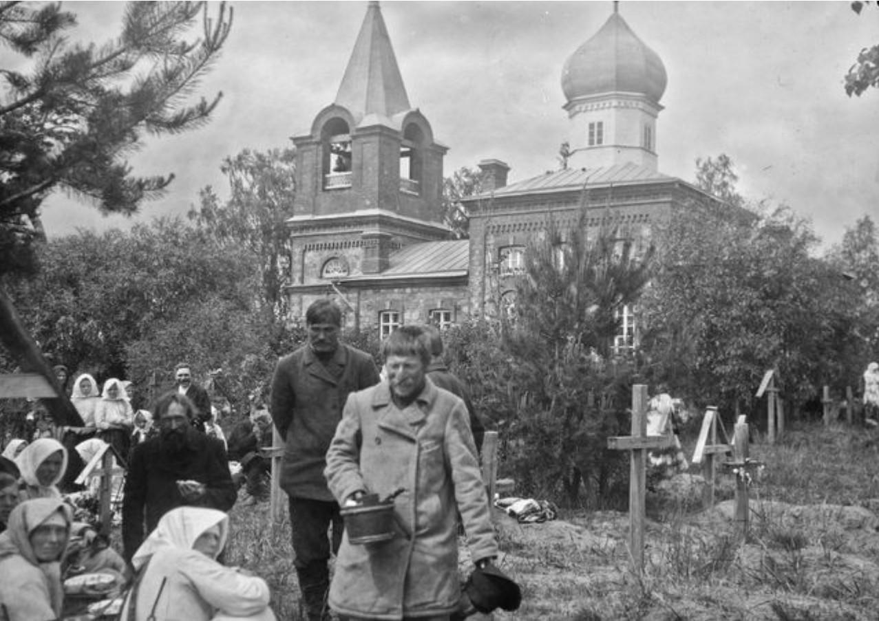 На церковном кладбище