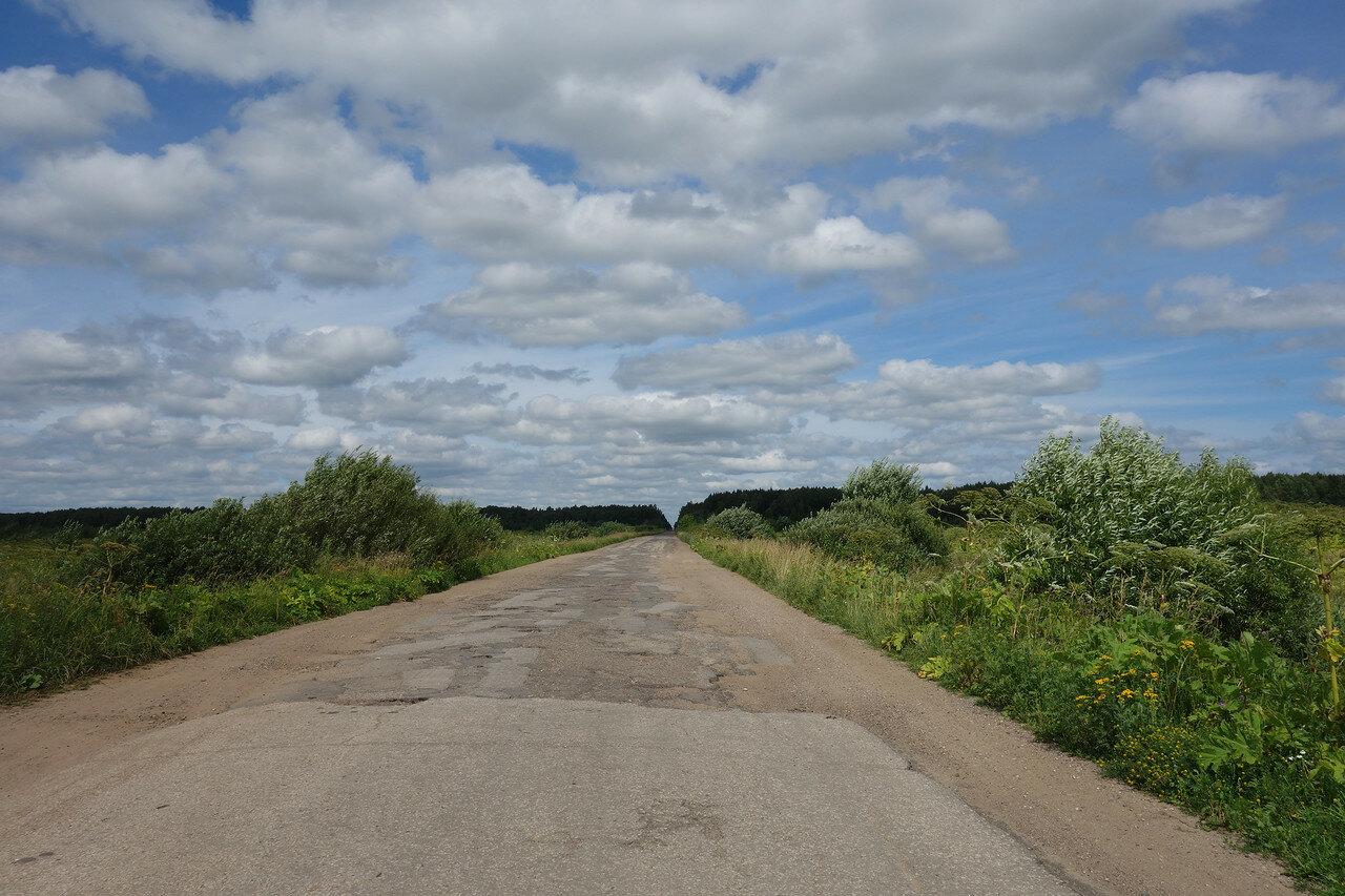 разбитая дорога с облаками