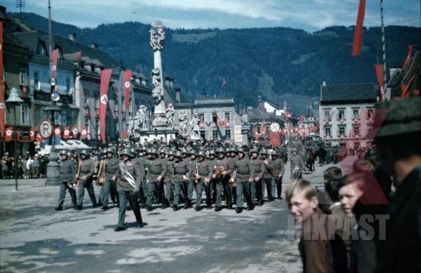 stock-photo-austrian-army-parade-wehrmacht-leoben-austria-for-hitler-himmler-train-visit-1938-flag-march-am-hauptplatz-9743.jpg