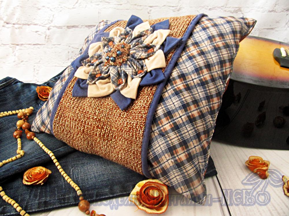 Подушка с цветком из трикотажа деним