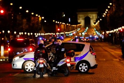 ИГ взяло ответственность за убийство полицейского на Елисейских полях в центре Парижа