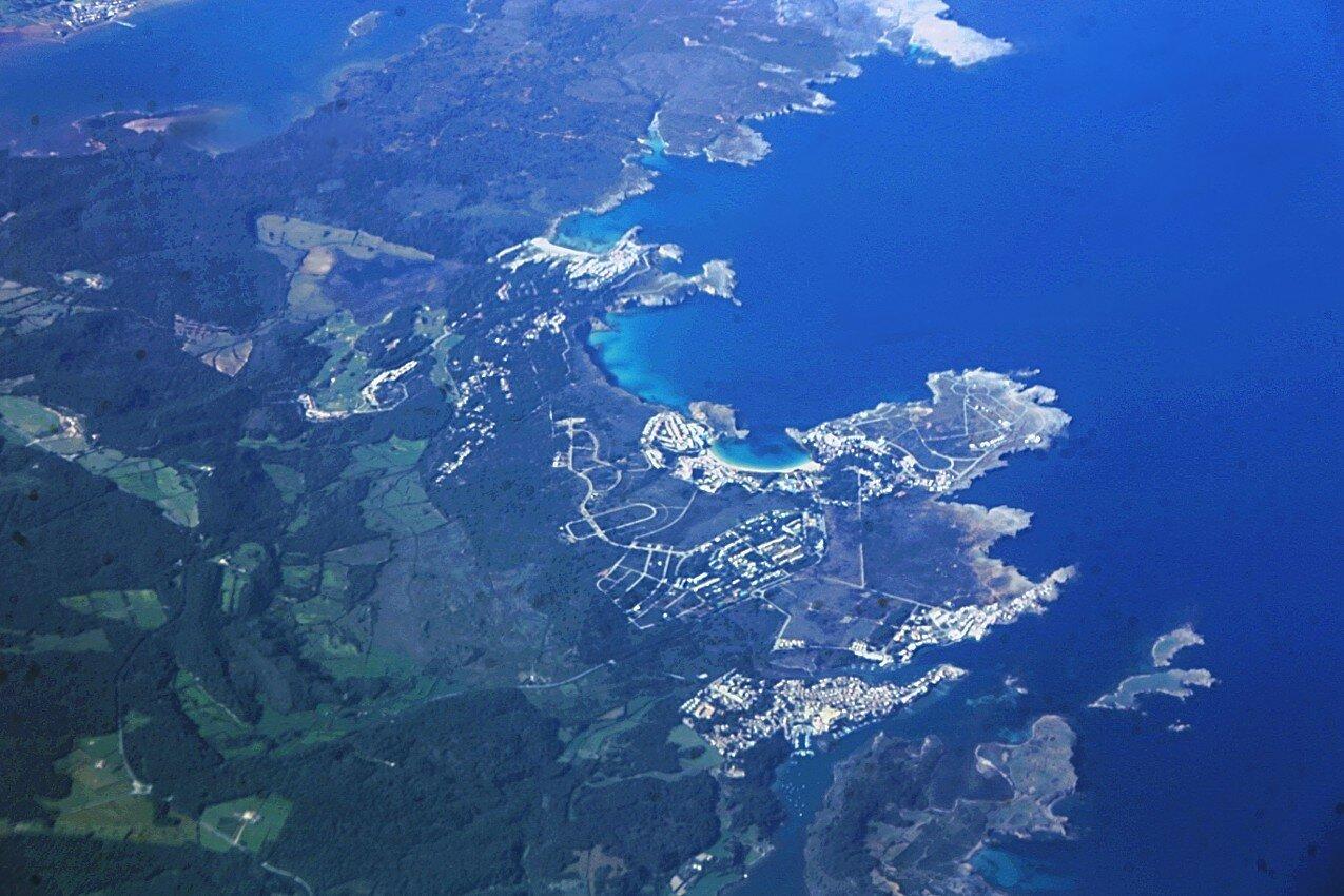 Менорка, курортный городок Ковес-Новес. Вид с воздуха