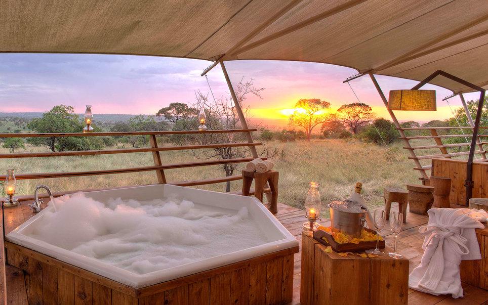2. Пенистая ароматная ванна в национальном парке Серенгети (Танзания) — лучший способ отдохнут