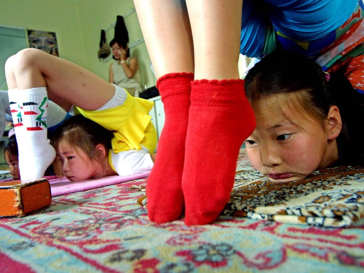 Монгольская культура не видит ничего плохого в экстремальных сгибаниях с самого юного возраста, но м