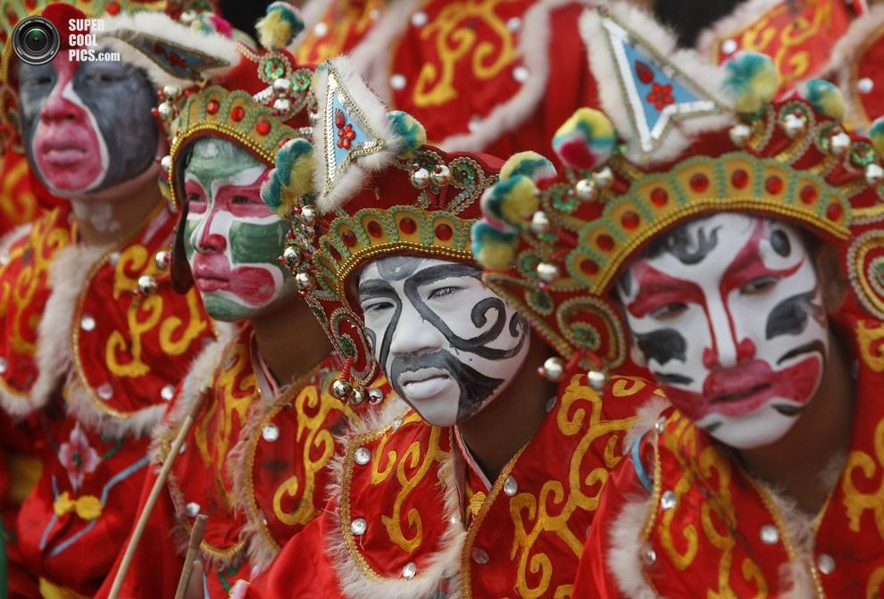 Танцоры готовятся к концерту в честь наступления Нового года, провинция Супханбури, Таиланд. (RE