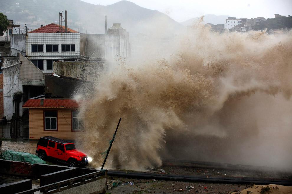 3. Метеорологи зафиксировали порывы ветра, достигавшие 187 км/час. Были отменены около 400 авиа