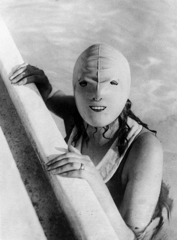 Нет, это не садо-мазо. Всего лишь шапочка для плавания.