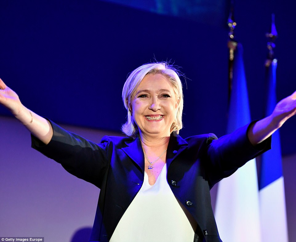 Второй тур выборов состоится 7 мая. По данным экзитполов, в него выйдут Макрон и Ле Пен.