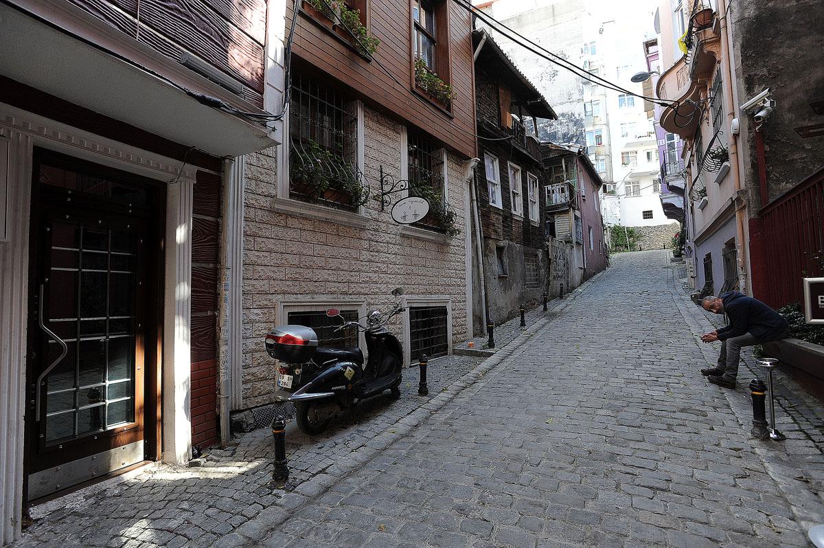 24. Ну а также всегда найдется кем оживить кадр — турецкие мужчины любят сидеть на улице.