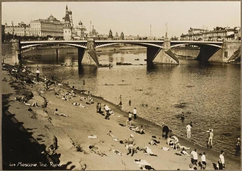 «Долой стыд!» у стен Кремля: настоящий нудистский пляж на берегу Москвы-реки, 1920-е. Одно время так