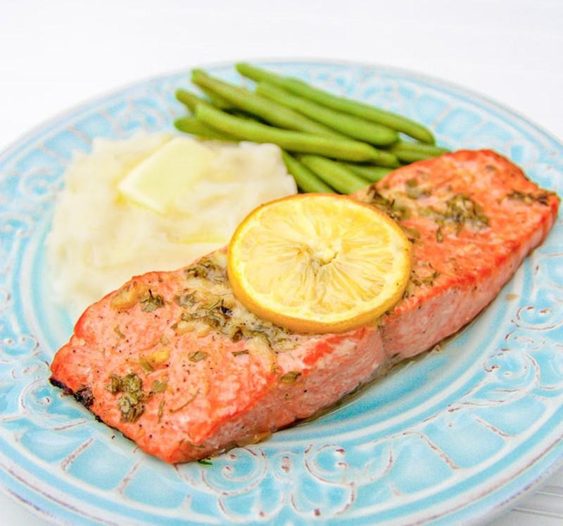 Запеченный лосось с чесноком и горчицей Разогреть духовку до 230°C. В небольшой миске смешайте