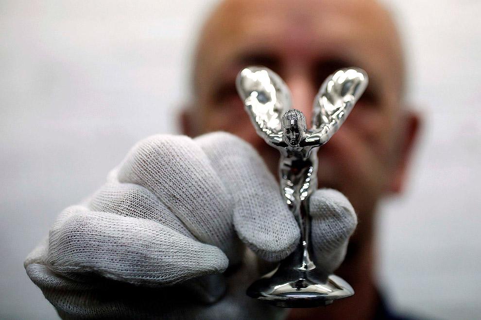 Так делают символ легендарной марки автомобилей Rolls-Royce, стоимостью 5 000 долларов. (Фото S