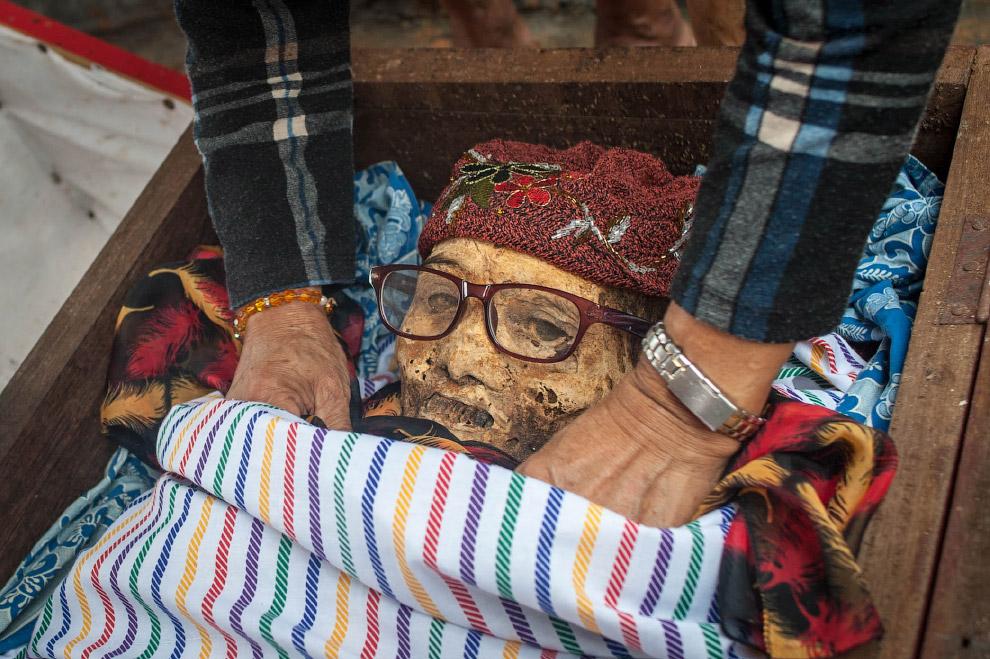 Еще один. Или одна. Родственники выкопали родственника. (Фото Sijori Images):