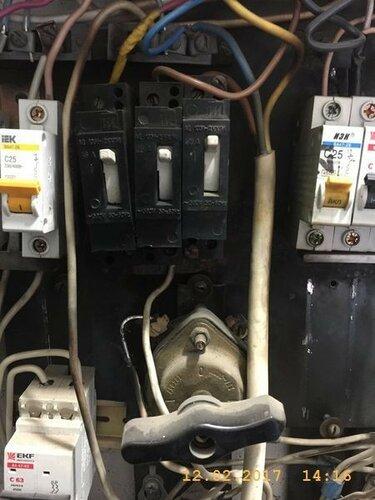 По дороге обнаруживаем горелую проводку в электрощите