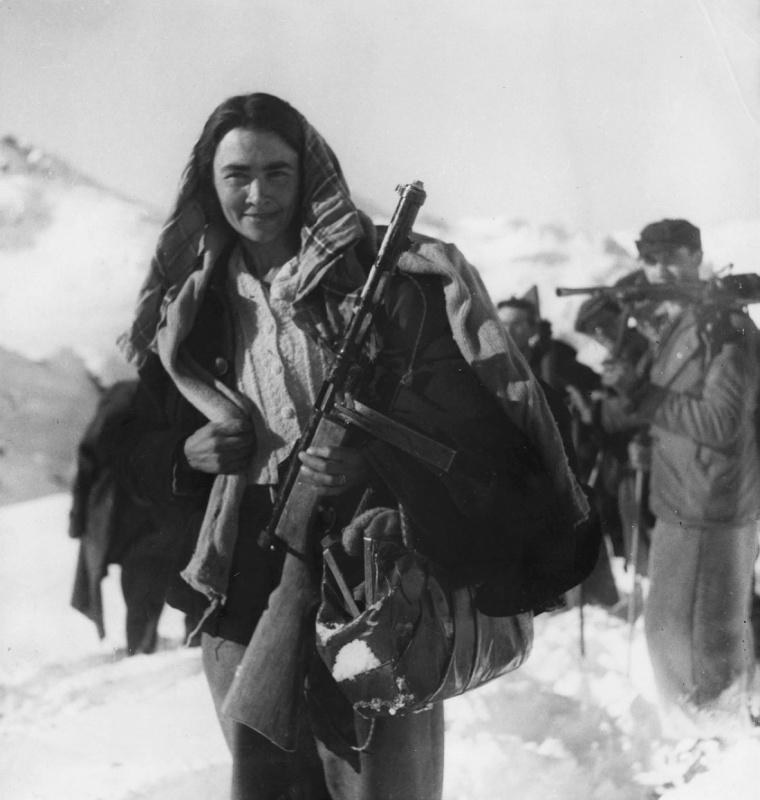 Женщина-партизан итал. движения сопр. в горах северной Италии. 12.44.jpg
