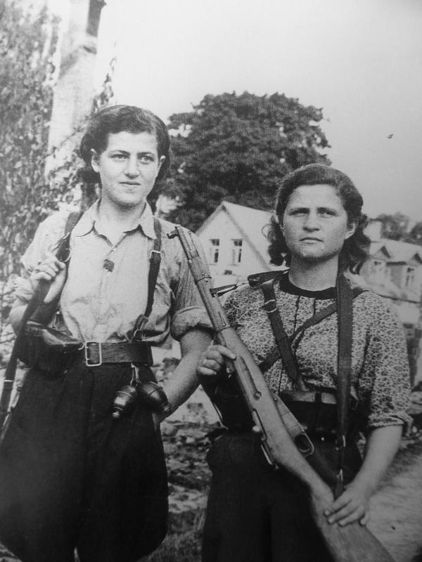 Советские партизанки Ида Пиловнек и Зоя Рубинсон. Литва. 11.07.44.jpg