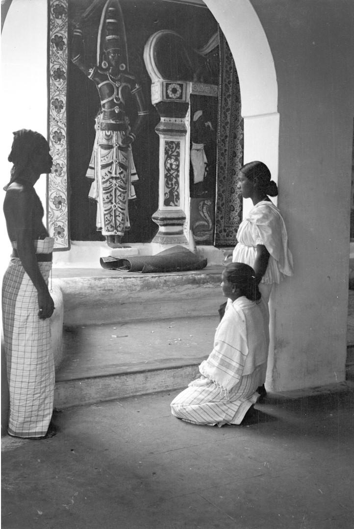 219. Паломники перед изображением богов в буддийском храме в Канди