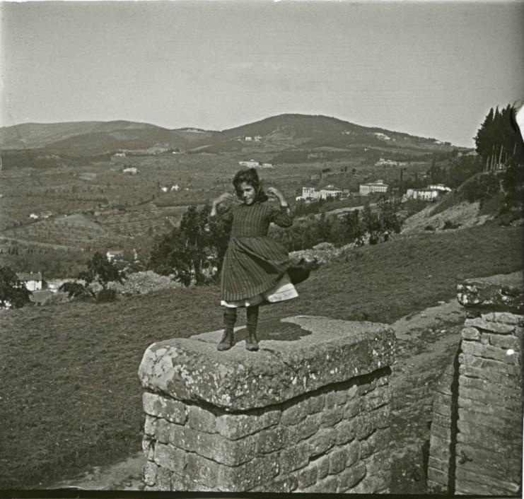 1903. Девочка Ида на развалинах этрусской стены. Италия, Фьезоле