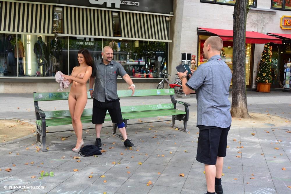 Billy разделась и прогулялась по Берлину
