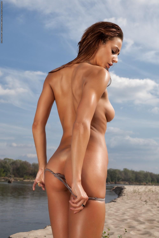 Rebecca на берегу реки