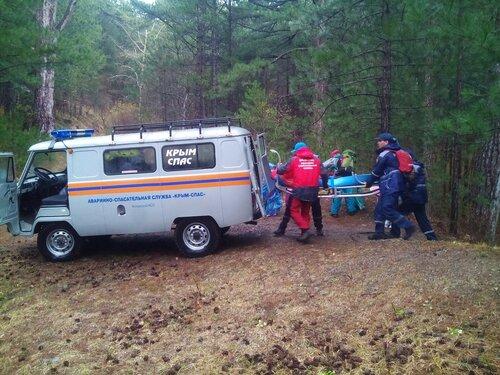 ВЯлте изущелья «Уч-Кош» cотрудники экстренных служб эвакуировали женщину стравмой ноги