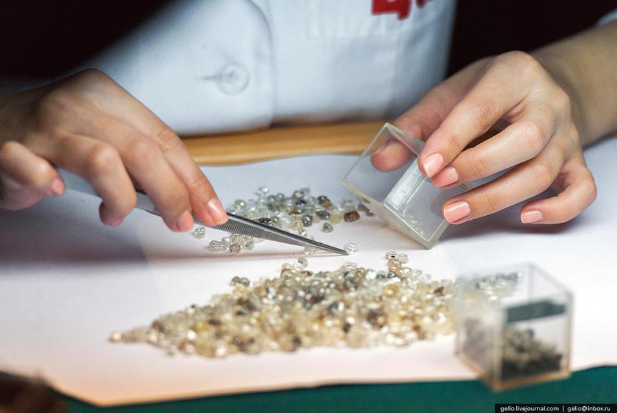 60. Центр сортировки алмазов Все добытые на месторождениях компании в Якутии алмазы направляются в Ц