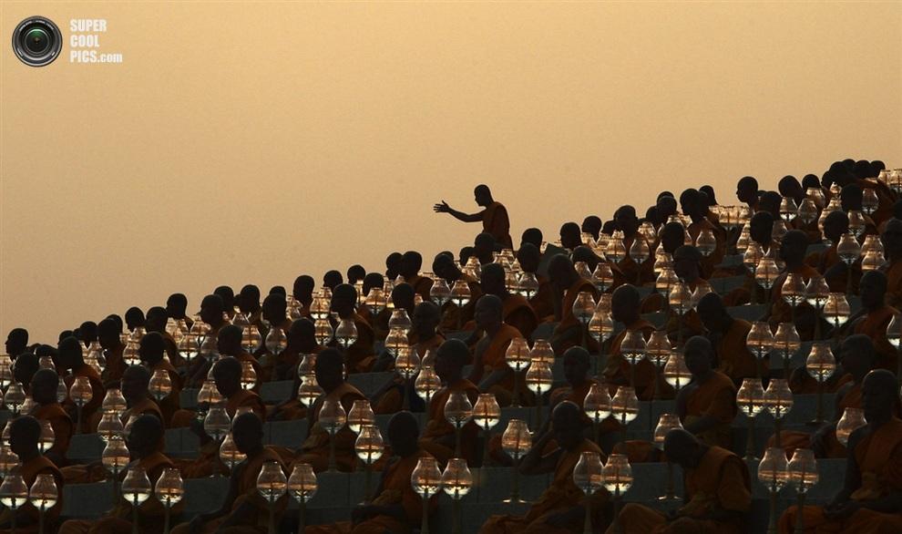 Эта же церемония с другого ракурса. (REUTERS/Kerek Wongsa)