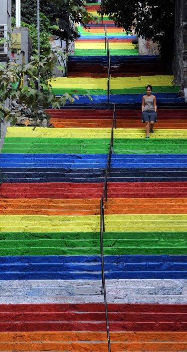 11. «Радужные» ступеньки (Турция) Разрисованная лестница в Стамбуле.