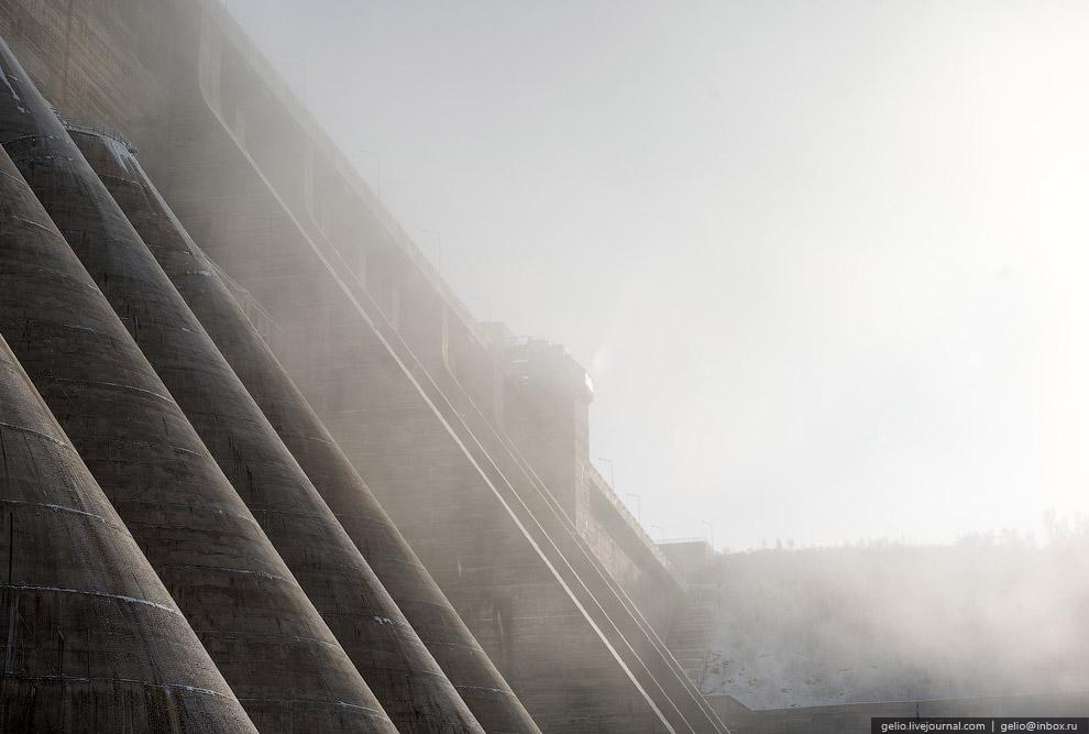 Плотина образует Бурейское водохранилище площадью 750 кв.км, расположенное на территории двух с